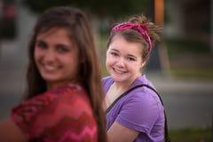 Grijnzende Jonge Vrouw in Purple stock fotografie