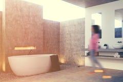 Grijs badkamersbinnenland, hoek, meisje Royalty-vrije Stock Fotografie