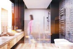 Grijs en concreet badkamersbinnenland, een doucheonduidelijk beeld Stock Foto