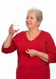 Grijs-haired is het drinkwater royalty-vrije stock afbeelding