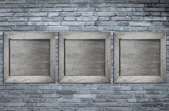 Grijs houten kader op grijze bakstenen muur Stock Fotografie