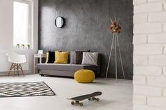 Grijs huisbinnenland met in decoratie stock afbeeldingen