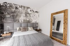 Grijs, kingsize bed in slaapkamer stock foto