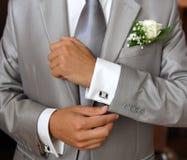 Grijs kostuum van een bruidegom met boutonniere Stock Foto