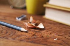 Grijs potlood met een spaander op een houten lijst royalty-vrije stock foto's