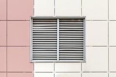 Grijs ventilatietraliewerk op het venster Stock Foto's