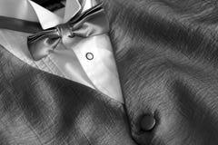 Grijs zilveren jasje met een witte overhemd en een vlinderdas Stock Foto