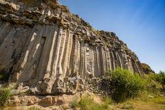 Grijs zuilvormig basalt stock fotografie