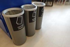 Grijze afzonderlijke plastic die container drie, wat symbolen recycleren op document, plastieken, en andere materialen vooraan wo royalty-vrije stock fotografie