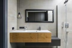 Grijze badkamers met countertop bassin royalty-vrije stock afbeeldingen