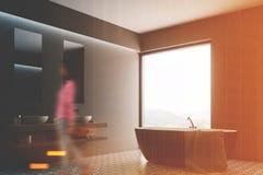 Grijze badkamers, ronde ton, affichehoek, meisje Stock Fotografie
