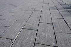 grijze baksteensteen op grondweg/steenbestrating in perspectief stock foto's