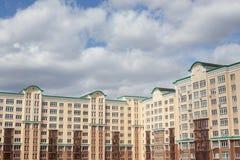 Grijze blauwe wolken over flatgebouwen in stad royalty-vrije stock afbeelding