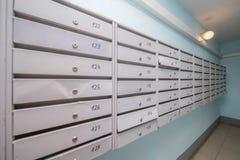 grijze brievenbussen in gang Stock Fotografie