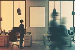 Grijze bureau binnenlandse, rode stoelen, gestemde affiche Royalty-vrije Stock Foto's