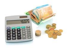 Grijze calculator, Euro die rekeningen en muntstukken op witte achtergrond met schaduwbezinning wordt geïsoleerd Het concept van  Stock Afbeelding