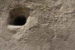 Grijze cementmuur met een roestige oppervlakte stock afbeelding