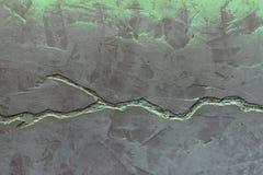 Grijze concrete muurtextuur die met blauw pleister en diepe barst wordt verfraaid stock foto