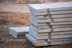Grijze concrete plakken die voor de bouw voorbereidingen treffen stock afbeeldingen