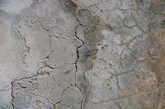 Grijze concrete texturenachtergrond barsten krassen schade royalty-vrije stock afbeeldingen