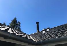 Grijze dak en schoorsteen Royalty-vrije Stock Afbeeldingen