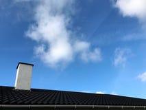Grijze dak en schoorsteen Stock Fotografie