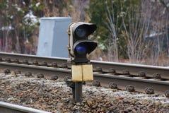 Grijze de lamptribunes van het ijzersignaal onder spoor en dwarsbalken op de spoorweg royalty-vrije stock foto's