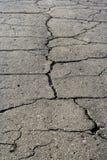Grijze de oppervlaktetextuur van de asfaltweg met spleet Stock Afbeeldingen