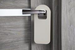 Grijze deurhanger stock afbeelding