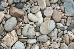 Grijze die cobbles door riviererosie bij een vroeger rivierbed rond wordt gemaakt royalty-vrije stock afbeeldingen