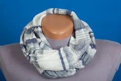 Grijze die sjaal op ledenpop op blauwe achtergrond wordt geïsoleerd Royalty-vrije Stock Foto