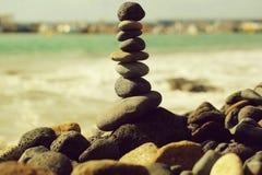 Grijze die stenen of kiezelstenen in piramide worden gestapeld stock foto