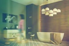 Grijze en houten badkamers, gestemde hoek, Stock Fotografie