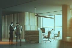 Grijze en houten bureaucellen, zakenlieden Stock Afbeelding