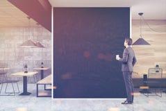 Grijze en houten koffie, zwarte muur, mens Royalty-vrije Stock Afbeeldingen