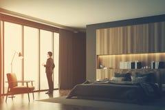 Grijze en houten slaapkamer, kant, mens Stock Fotografie