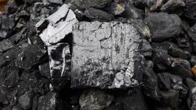 Grijze en zwarte natuurlijke steenkool dichte omhooggaand Natuurlijke zwarte steenkolen voor achtergrond Industriële steenkolen M stock foto