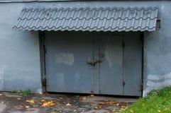 Grijze garagedeur Stock Fotografie