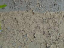 Grijze gebarsten verf op een oude muur Royalty-vrije Stock Fotografie