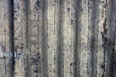 Grijze geribbelde achtergrond van een concreet muurdeel van een privé gebouw stock foto's