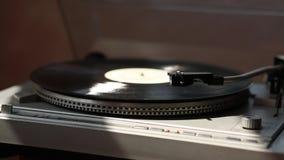 Grijze grammofoon Het zwarte verslag spint In de stralen van licht stock video