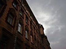 Grijze hemel van de stad Stock Foto's