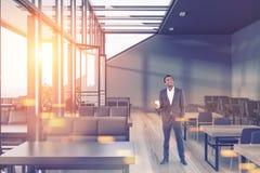 Grijze het dakkoffie van het muurglas, vrolijke zakenman Royalty-vrije Stock Afbeelding