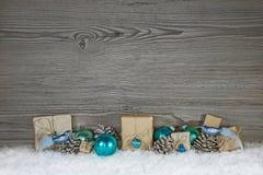 Grijze houten Kerstmisachtergrond met turkooise decoratie en g Royalty-vrije Stock Afbeeldingen