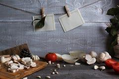 Grijze houten lijst met groenten, uien, paddestoelen, peper, a Stock Fotografie