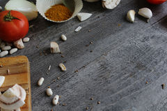 Grijze houten lijst met groenten, uien, paddestoelen, peper, a Royalty-vrije Stock Fotografie