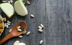 Grijze houten lijst met groenten, uien, paddestoelen, peper, a Royalty-vrije Stock Foto's