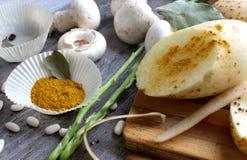 Grijze houten lijst met groenten, uien, paddestoelen, peper, a Stock Afbeelding