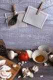 Grijze houten lijst met groenten, uien, paddestoelen, peper, a Stock Foto