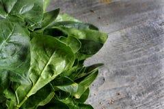 Grijze houten lijst met groenten, uien, paddestoelen, peper, a Royalty-vrije Stock Afbeelding